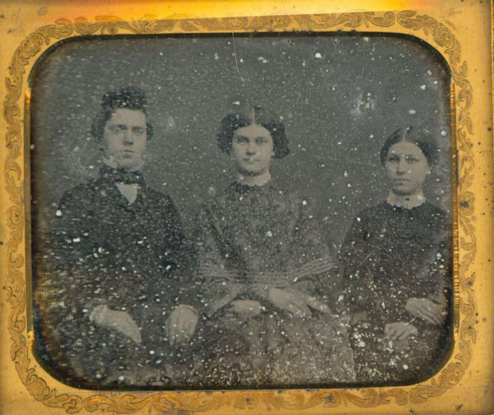 Daguerreotype portrait of two women and a man, ca. 1850. Via Ohio Memory.